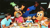 Diner met Disney-figuren in Chef Mickey's Restaurant, Orlando