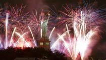 Crociera di Capodanno con vista dello skyline di New York e fuochi d'artificio, New York City, New ...
