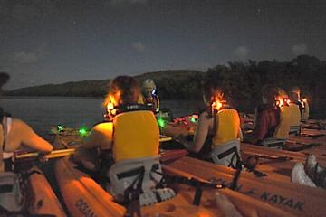 Aventura en kayak al atardecer en laguna bioluminiscente