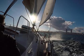 Viagem marítima ao pôr do sol saindo...