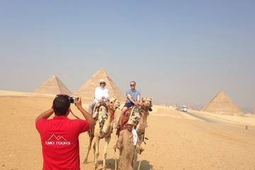 Tour di mezza giornata visitando in cammello le piramidi di Giza e la