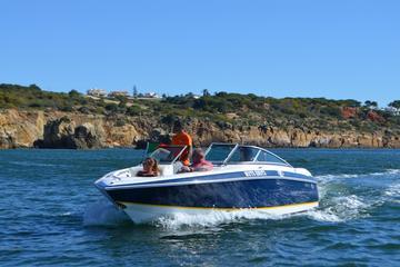 Lancha com tripulação saindo de Vilamoura
