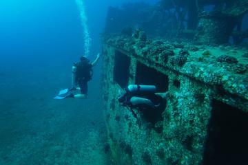 Tour di immersione certificata: immersione con relitto nella costa