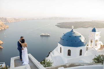 Santorini Walking Tour with a Personal Photographer