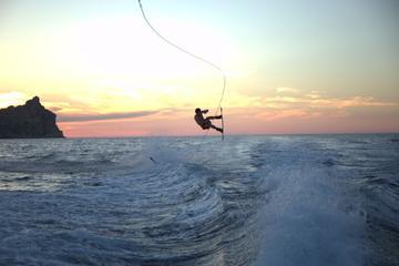 Crucero privado en lancha motora en Ibiza y experiencia de wakeboard