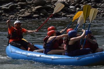Wildwatertocht op de rivier de Sarapiqui met stroomversnellingen van ...