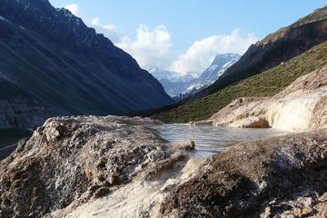 Viagem diurna com trekking e fontes termais saindo de Santiago