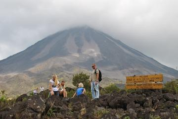 Senderismo en Parque Nacional Volcán Arenal con aguas termales desde...