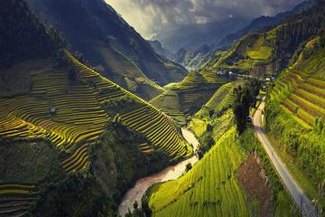 6日間のハノイ発ベトナム北部の人里離れた地を巡…