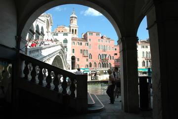 Recorrido secreto de Venecia a pie y paseo en góndola
