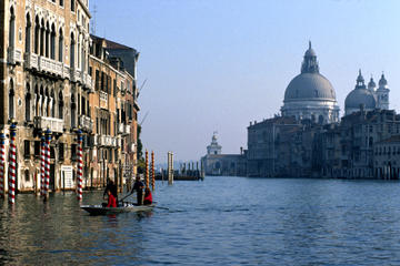 Skip the Line: Morning Venice Gondola Ride and Walking Tour with St...