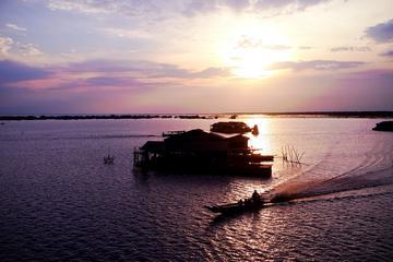 Jantar ao pôr do sol no Lago Tonle Sap com uma excursão em vila...