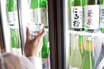 Sake-Kurs und All-You-Can-Drink-Sake in einer lokalen Bar in Asakusa