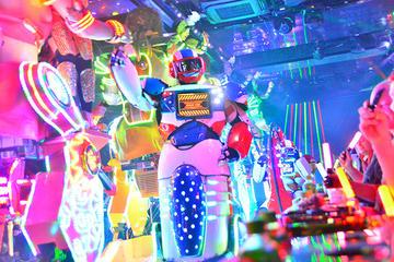 Spectacle de cabaret au Robot à Tokyo, y compris le dîner Kobe bœuf...