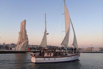 Excursão histórica particular de barco em Lisboa