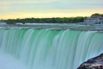 Tagesausflug zu den Niagarafällen mit Mittagessen mit einem Bootstrip...