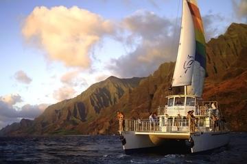 Crucero con cena al atardecer frente a la costa de costa de Na Pali