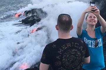 赤熱の溶岩を見る火山ハイキング