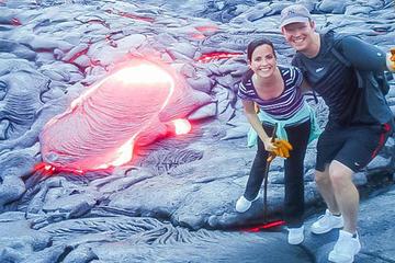 赤熱の溶岩流を見る火山溶岩ハイキング