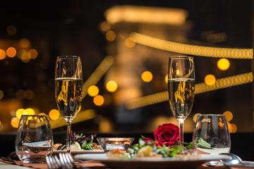 Crociera con cena di San Valentino a Budapest con spettacolo Duello