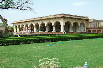 Extensive Agra Fort and colorful Kinari Bazaar Tour