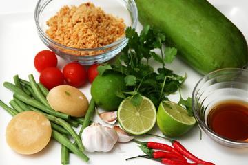 Aula de culinária tailandesa Aroy Aroy e excursão pelo mercado com...