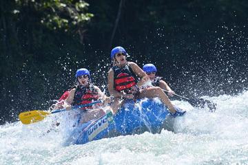 Aventura de rafting de clase III-IV en río de aguas bravas desde San...