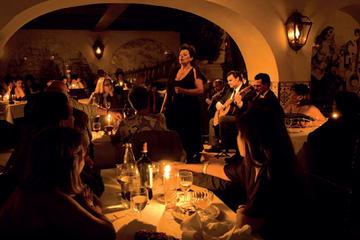 Autentisk fadoshow och rundtur i Lissabon – middag och dryck ingår