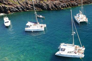 Crucero en catamarán de vela en Santorini