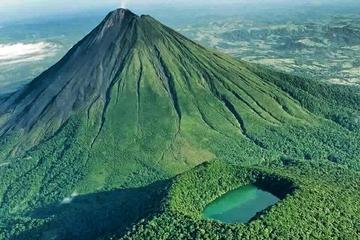 Caminata extrema a dos volcanes en La...