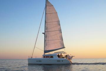 Crociera al tramonto della caldera in catamarano