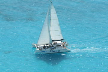 Private Sailing Tour to Isla Mujeres with Open Bar