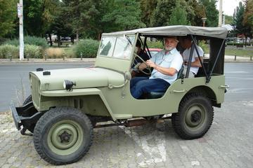 Excursão de Conexões com o Exército de Bucareste com um Carro Vintage