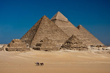 Private Long Layover Tour: Giza Pyramids, Egyptian Museum, and Bazaar from Cairo Airport