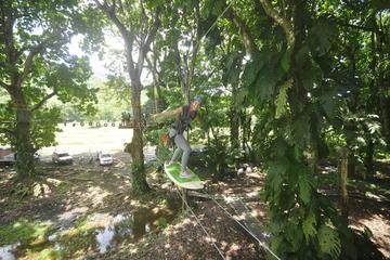 Campo de obstáculos con cuerdas altas en Jaco