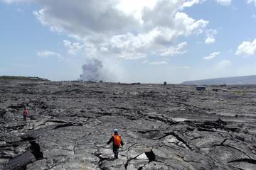 ヒロ発、滝と赤く光る溶岩流の見学ツアー