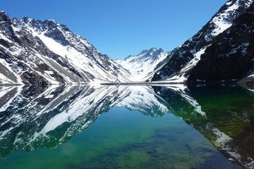Laguna inca Portillo en la cordillera de los Andes y viñedo San...