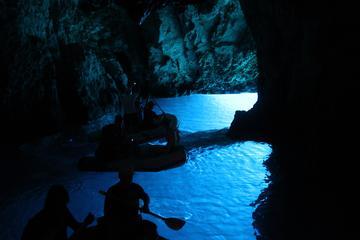Excursão de lancha pela Caverna Azul e Cinco Ilhas com almoço saindo...