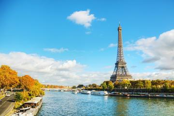 エッフェル塔、セーヌ川のリバークルーズ、パリの市内観光へ、並ばずに優先入場し…