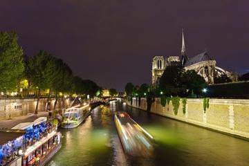 Middag i Eiffeltårnet, elvecruise på Seinen og Moulin Rouge-show...