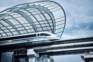 Hin- und Rückfahrt in der Hochgeschwindigkeits-Magnetschwebebahn: ab...