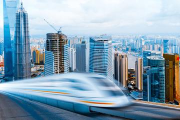 Transfer bei der Abfahrt per Hochgeschwindigkeits-Magnetschwebebahn...