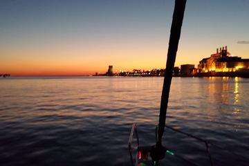 Excursión privada en barco al atardecer por Lisboa con cena de sushi