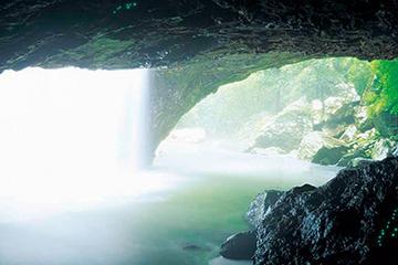 tour-de-la-grotte-des-vers-luisants-et-pont-naturel