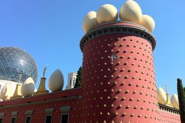 バルセロナ発ジローナ、フィゲラス、ダリ美術館を…
