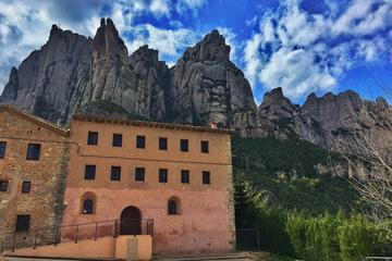 Early Access Montserrat Tour and Santa Cecilia Church with Brunch and Wine from Barcelona