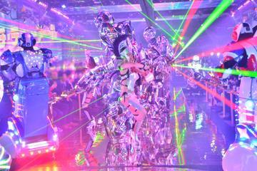 Roboter-Kabarettshow am Abend in Tokio