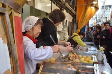 Erleben Sie lokale Speisen und Getränke in der Einkaufsstraße...