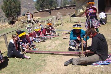 Excursão cultural têxtil em Yachaq...