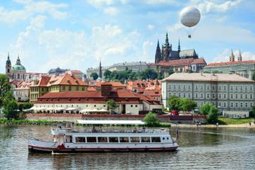 Crucero turístico con almuerzo en el río Moldava de Praga